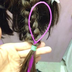 (ピンなし)三つ編みを留めたゴムを髪の毛でクルクルっと隠すやり方。